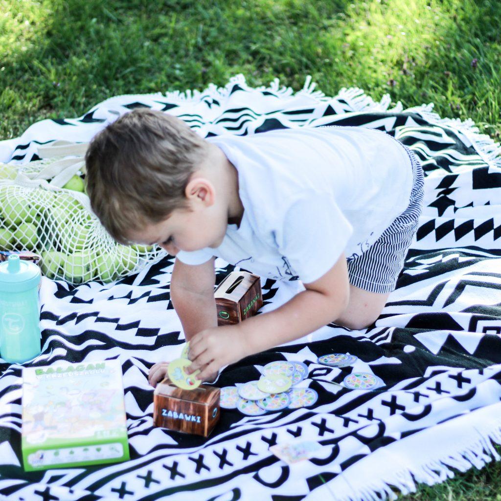 chłopiec wkłada żeton do skrzynki