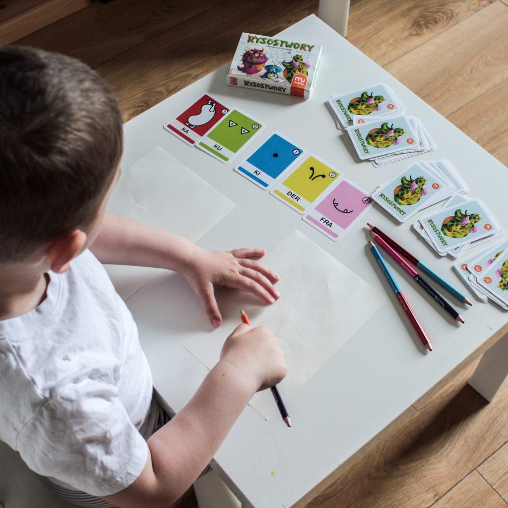 dziecko rysujace potwora