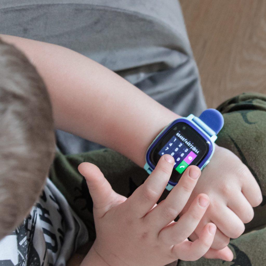 dziecko obsługujące zegarek garett